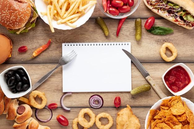 Widok z góry dekoracja żywności z notebookiem