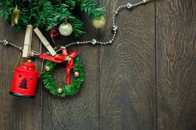 Widok z góry dekoracje świąteczne, lampa i biżuteria clothesline na drewnianym stole tle z miejsca na kopię.