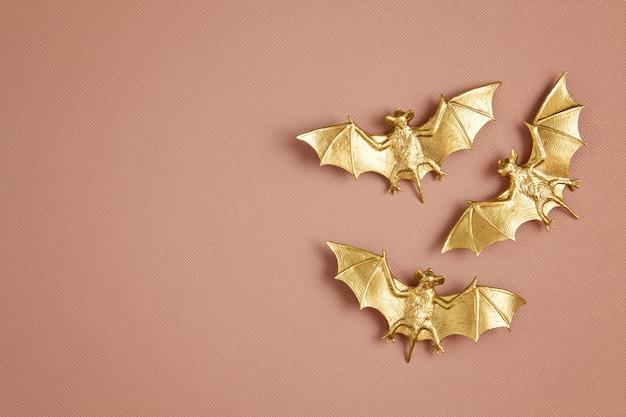 Widok z góry dekoracji halloween z plastikowymi nietoperzami. impreza, zaproszenie, dekoracja na halloween