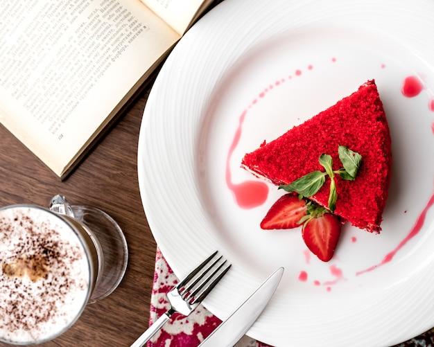 Widok z góry deserowe ciasto truskawkowe z plasterkiem truskawek i mięty