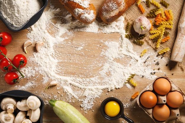 Widok z góry deska i warzywa z przyprawami na stole w kuchni.