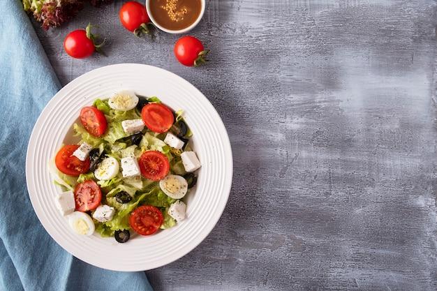 Widok z góry dieta sałatka świeże warzywa, sałata, rukola i ser. miejsce na tekst