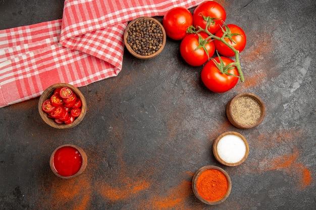Widok z góry dojrzałych pomidorów i przypraw