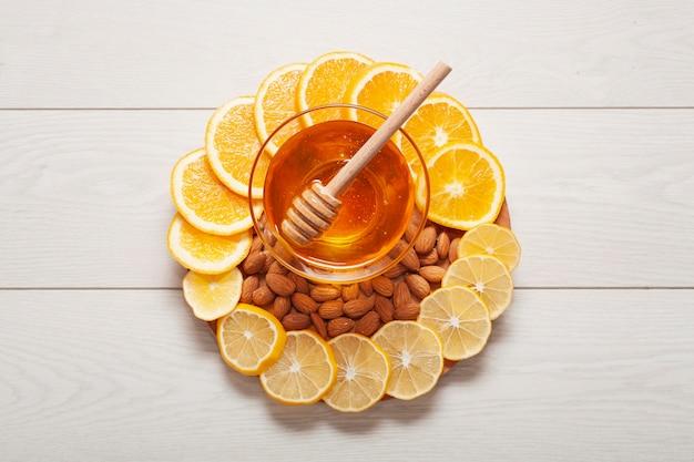 Widok z góry domowy miód z plastrami cytryny