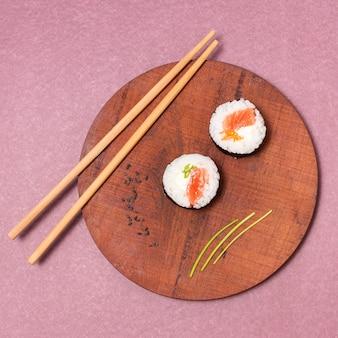 Widok z góry drewniana deska z sushi
