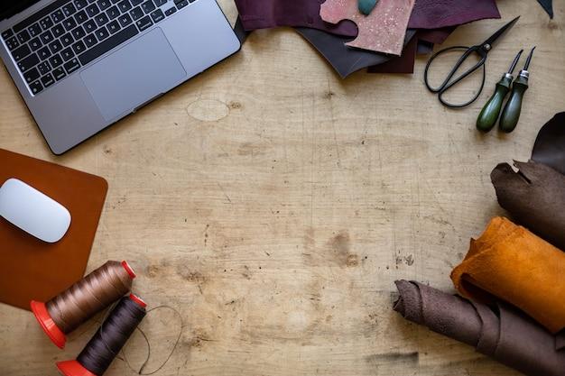 Widok z góry drewniana powierzchnia stołu copyspace z materiałami instrumenty warsztaty skórzane