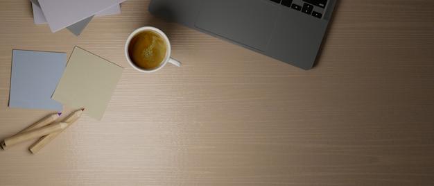 Widok z góry drewniane biurko komputerowe z szarym laptopem z karteczkami samoprzylepnymi kolorowymi ołówkami kopia przestrzeń