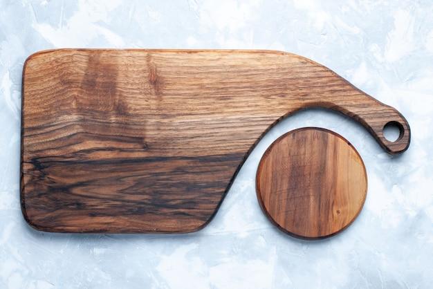 Widok z góry drewniane biurko na żywność i warzywa na jasnym tle