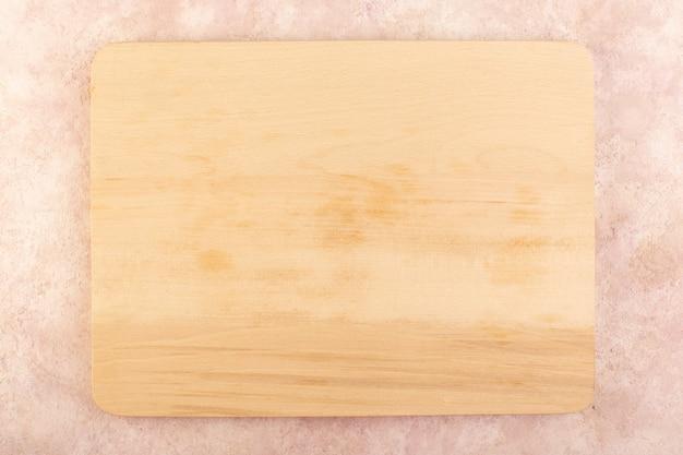 Widok z góry drewniane biurko puste w kolorze kremowym na białym tle