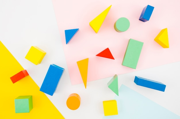 Widok z góry drewniane zabawki dla dzieci z kolorowym tłem