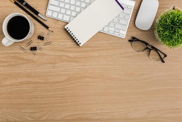 Widok z góry drewniany stół na biurko. płaskie miejsce pracy