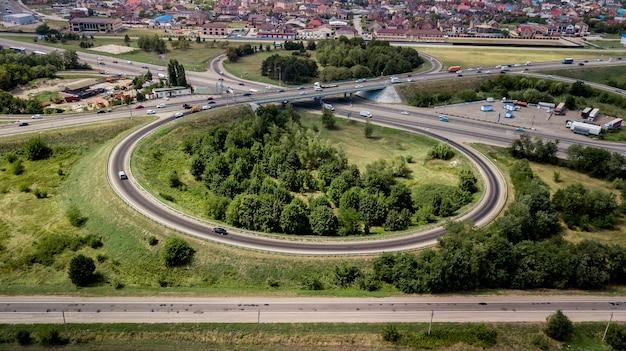 Widok z góry drogi ekspresowej, ruch drogowy ważną infrastrukturą w rosji, krasnodar