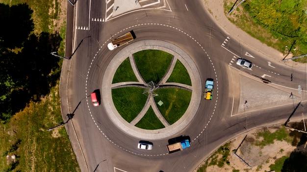 Widok z góry drogi ruchem okrężnym.