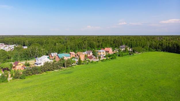 Widok z góry drona z lotu ptaka na domy wiejskie.