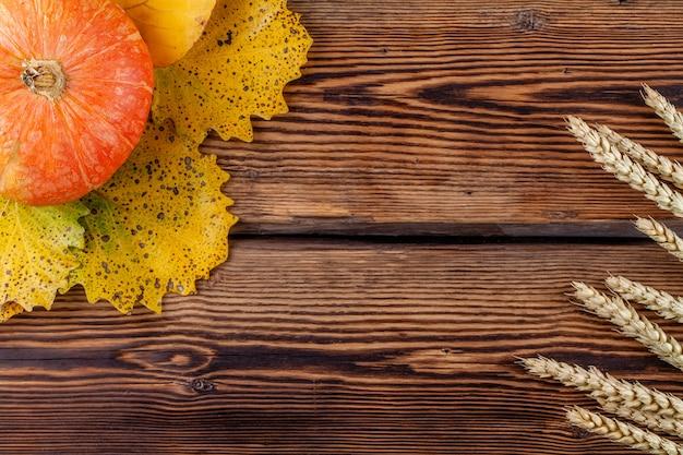 Widok z góry dyni i żyta uszy na drewniane. koncepcja jesień lato