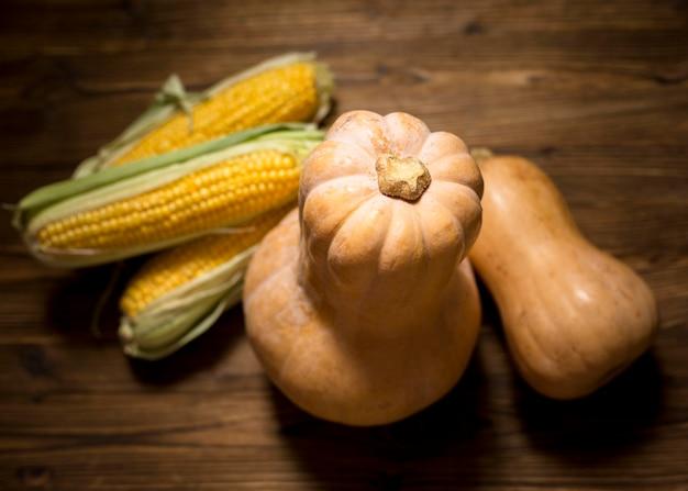 Widok z góry dynie i układ kukurydzy