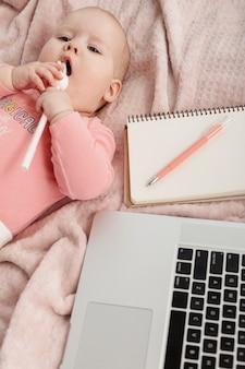 Widok z góry dziecka obok laptopa