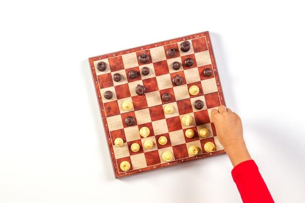 Widok z góry dziecka przekazuje szachownicy grając w szachy