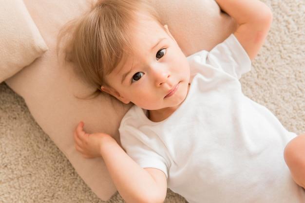 Widok z góry dziecko na poduszce