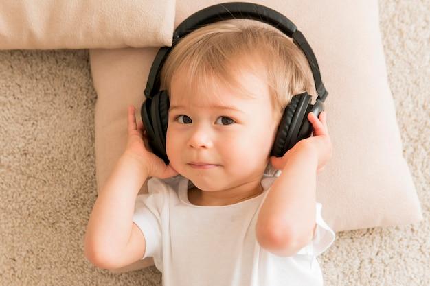 Widok z góry dziecko nosi słuchawki