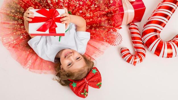 Widok z góry dziecko otoczone świątecznymi elementami