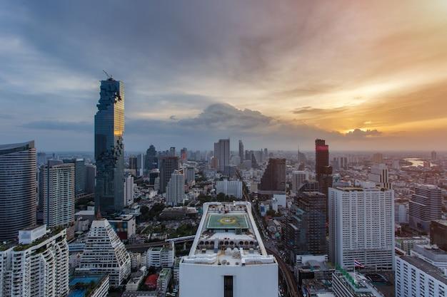 Widok z góry dzielnica finansowa bangkoku, budynek biznesowy i centrum handlowe w azji południowo-wschodniej