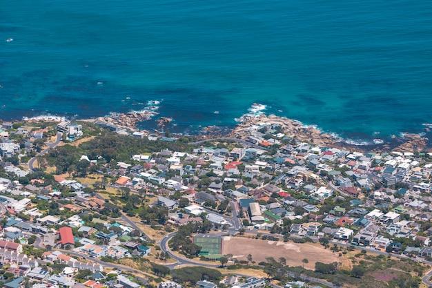 Widok z góry dzielnicy przybrzeżnej kapsztadu od góry stołowej