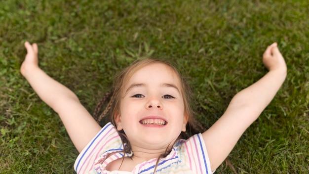 Widok z góry dziewczyna na trawie