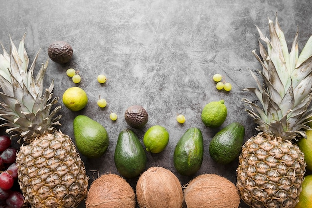 Widok z góry egzotycznych owoców z miejsca kopiowania