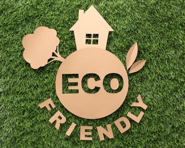 Widok z góry ekologiczny znak na trawie
