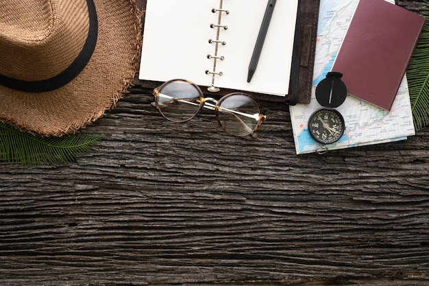 Widok z góry eksploratora rzeczy podróżować z elementem akcesoriów na starym drewnianym biurku grunge.