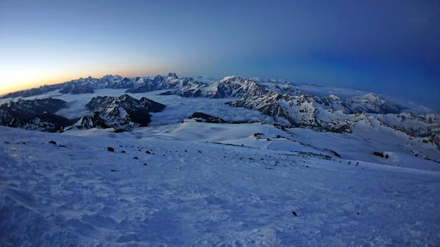 Widok z góry elbrus podczas wspinaczki na szczyt