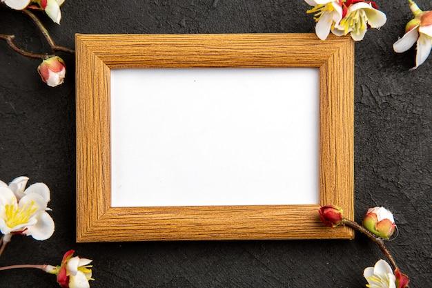 Widok z góry elegancka ramka na zdjęcia na ciemnej powierzchni portret rodzinny prezent zdjęcie prezent kolorowa miłość