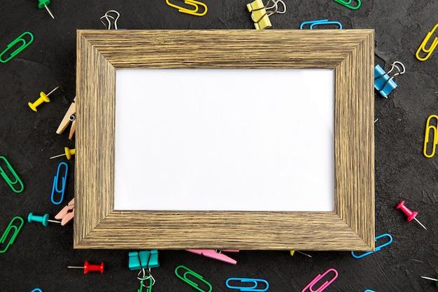 Widok z góry elegancka ramka na zdjęcia na ciemnej powierzchni prezent prezent rodzina kolorów zdjęć photo
