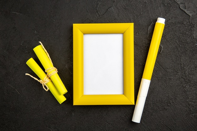 Widok z góry elegancka ramka na zdjęcia z ołówkiem na ciemnej powierzchni obecny kolor miłość portret rodzinny prezent fotograficzny
