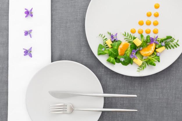 Widok z góry eleganckie jedzenie na talerzu