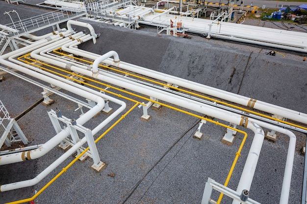 Widok z góry fabryki długich rur stalowych i zaworów podczas rafinerii przemysł petrochemiczny w gorzelni gazu i ropy naftowej
