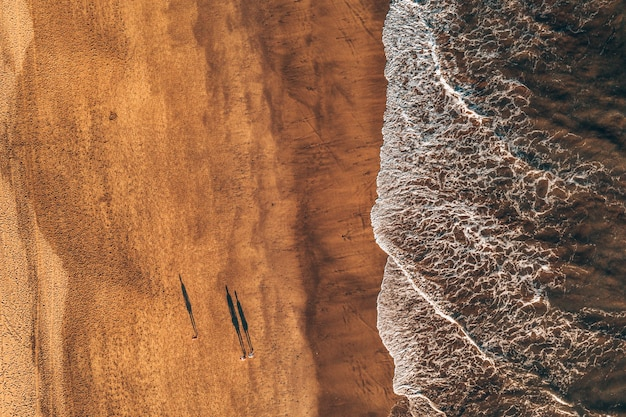 Widok z góry fal przypływowych napływających na piasek
