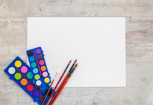Widok z góry farby akwarelowe kopia przestrzeń papieru