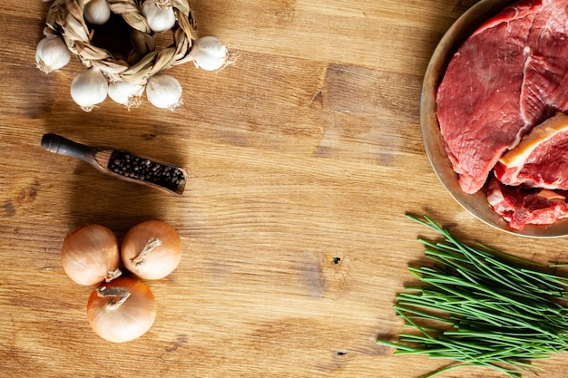 Widok z góry fasoli pieprzowej obok dwóch kawałków czerwonego mięsa. dostępne miejsce na kopie.