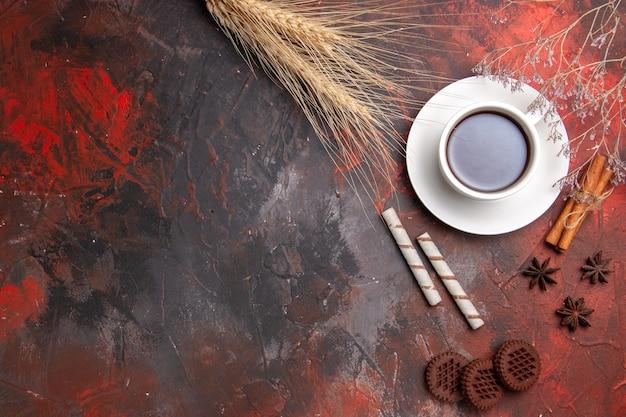 Widok z góry filiżanka herbaty z ciasteczkami choco na ciemnym stole herbatniki herbaciane