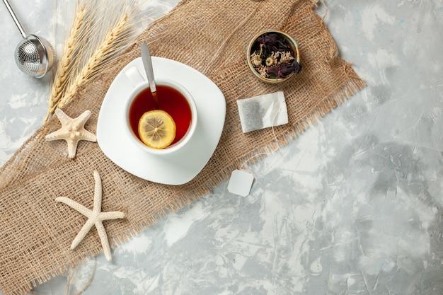 Widok z góry filiżanka herbaty z plasterkiem cytryny na białej ścianie herbata napój owocowy cytryna