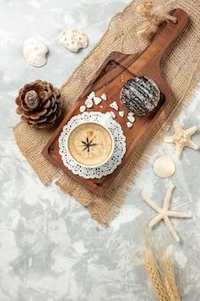 Widok z góry filiżanka kawy espresso z ciastem czekoladowym na białej powierzchni ciasto czekoladowe biszkoptowe ciastko ciastko słodkie