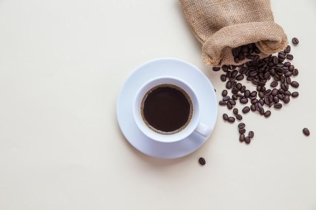 Widok z góry filiżanka kawy i ziarna kawy