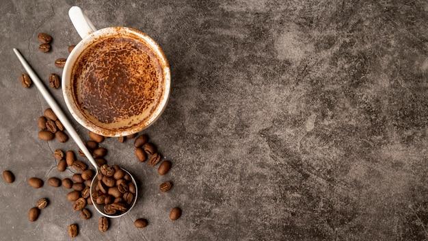 Widok z góry filiżanka kawy z miejsca na kopię