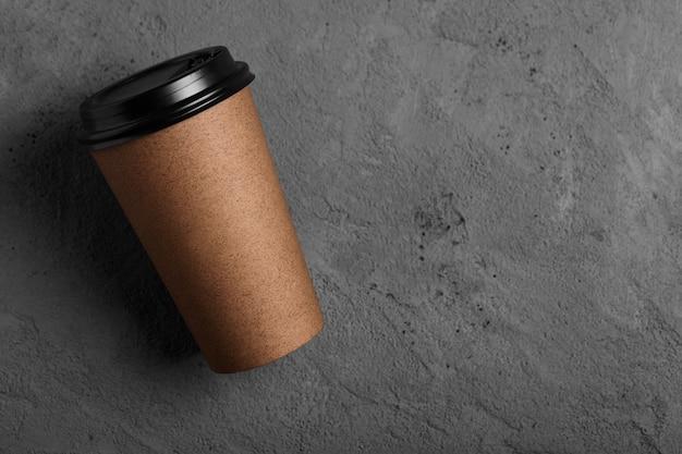 Widok z góry filiżanka kawy z recyklingu na betonie