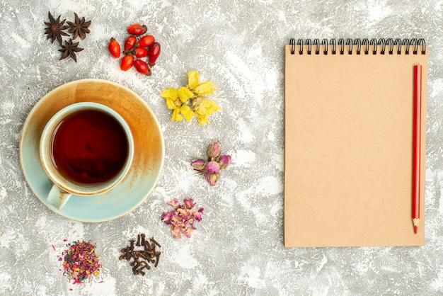 Widok z góry filiżankę herbaty z suchymi kwiatami na białym tle napój herbaciany o smaku kwiatowym