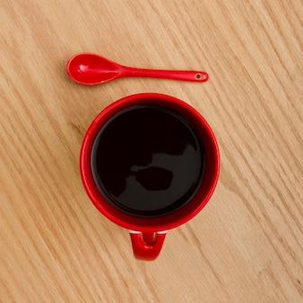 Widok z góry filiżankę kawy na drewnianym stole