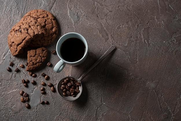 Widok z góry filiżankę kawy z ciasteczkami