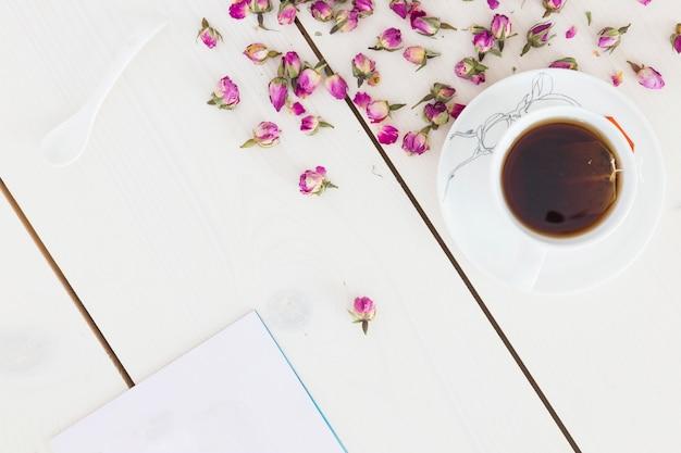 Widok z góry filiżanki herbaty z kwiatami